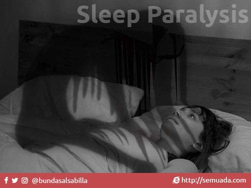 """Sleep Paralysis  Pernahkah anda terbangun di tengah tidur anda, sepenuhnya sadar, tidak mengantuk tetapi anda tidak bisa menggerakkan satu pun anggota tubuh anda? Badan terasa berat seperti ada sesuatu di atas tubuh anda, nafas terasa sesak, tidak bisa bicara, pada beberapa kasus bahkan tidak bisa membuka kelopak mata, dan beberapa kasus lainnya tidak bisa mendengar. Jika ya, maka anda adalah salah satu dari sekian banyak orang yang telah mengalami peristiwa yang disebut Sleep Paralysis.  Peristiwa ini begitu mengerikan, hingga beberapa penderita mengalami trauma dan memerlukan bantuan psikologis. Bagaimana tidak mengerikan, ketika kita mengalami sleep paralysis, kita mulai melihat / mendengar / merasakan hal-hal mengerikan. Admin sendiri pernah mengalami Sleep Paralysis, meski admin tidak bisa membuka mata, tapi admin merasakan sesuatu yang sangat berat menindih tubuh dengan beberapa tekanan berubah dari tangan, kaki, leher dan dahi. Selain itu admin juga mendengar suara-suara berisik orang tertawa dan ngobrol tapi admin tidak mengerti bahasanya. Sereeeeeeeeem...  Nah apa sih sleep paralysis ini? Mari kita lihat beberapa teori di bawah ini.  1. Menurut Medis  Menurut medis, Sleep Paralysis ini terjadi karena Kelumpuhan otot. Otot menjadi tidak aktif saat kita tertidur. Dan pada saat Sleep Paralysis ini terjadi, Ketidakaktifan otot beralih beberapa saat dari masa tidur ke masa sadar.Selain kelumpuhan otot, ada juga yang mengatakan ini disebabkan oleh Penyumbatan saluran darah dimana posisi tidur yang tidak nyaman. Oleh karenanya, kita tidak bisa bergerak dan juga mengalami halusinasi seperti adanya orang disamping kita.  2. Menurut Islam  Dalam islam, apabila kita mempunyai iman yang lemah maka tidak heran apabila kita mudah terpengaruh oleh setan bahkan dirasukinya.Diriwayat oleh Bukhari dan Muslim, dari Abu Hurairah radhiallahu 'anhu :        الرؤيا ثلاث حديث النفس وتخويف الشيطان وبشرى من الله """"Mimpi itu ada tiga macam: [1]bisikan hati, [2]ditakuti-takuti setan, d"""
